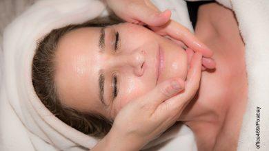 Foto de una mujer recibiendo un masaje facial