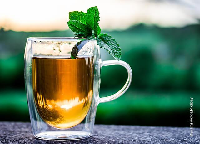 Foto de un te servido en un vaso
