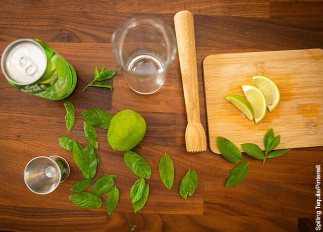 Foto de los ingredientes para preparar un mojito sobre una mesa