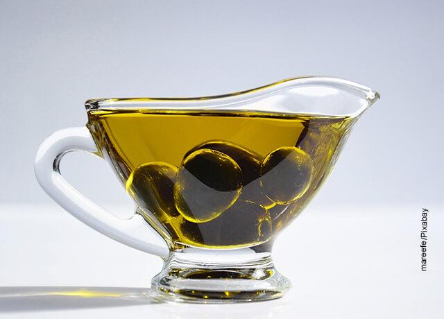 Foto de una taza con aceitunas