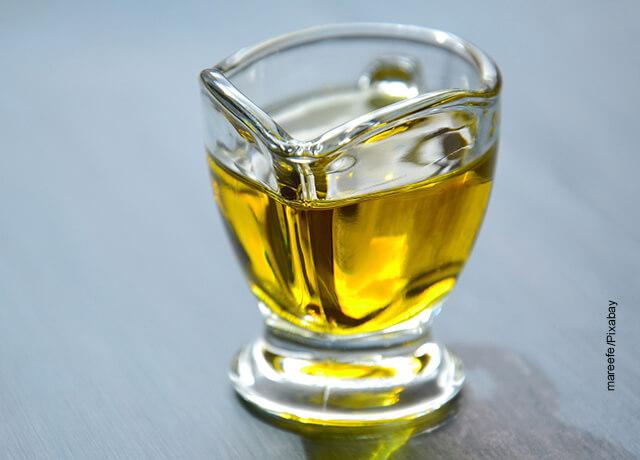 Foto de un recipiente de vidrio que ilustra para qué sirve el aceite de oliva