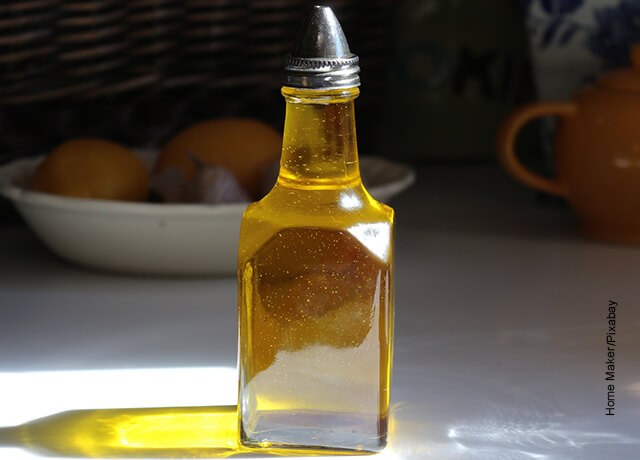Foto de una botella que muestra para qué sirve el aceite de oliva