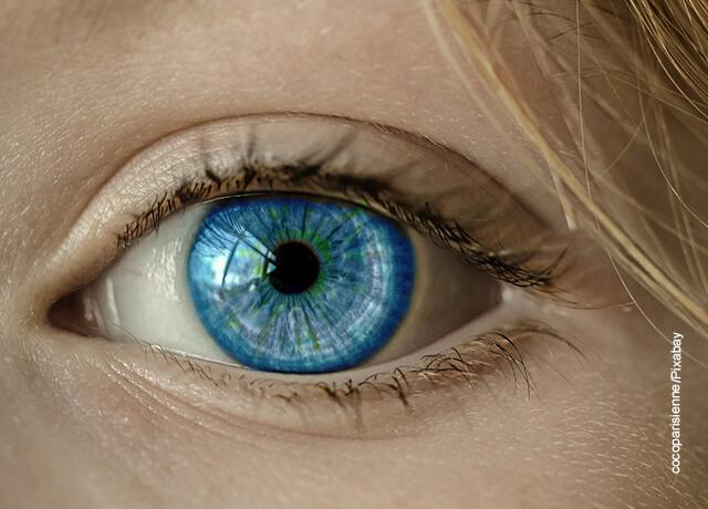 Foto del ojo de una mujer rubia