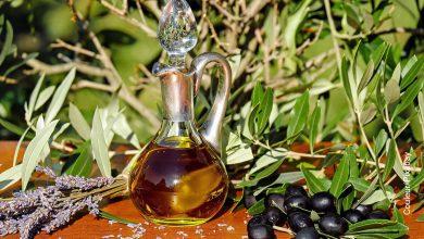 Foto de un recipiente que muestra para qué sirve el aceite de oliva