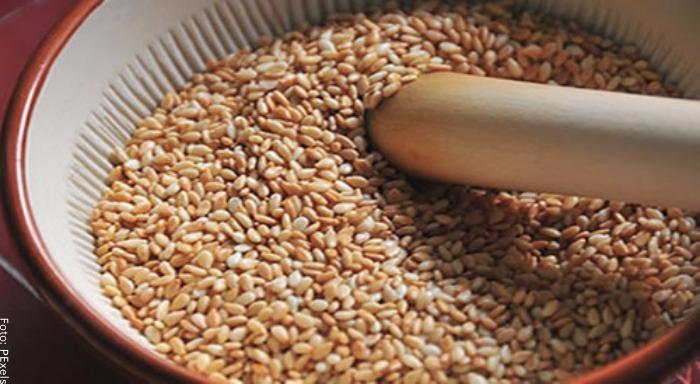 Foto de una taza de ajonjolí para ilustrar para qué sirve el ajonjolí