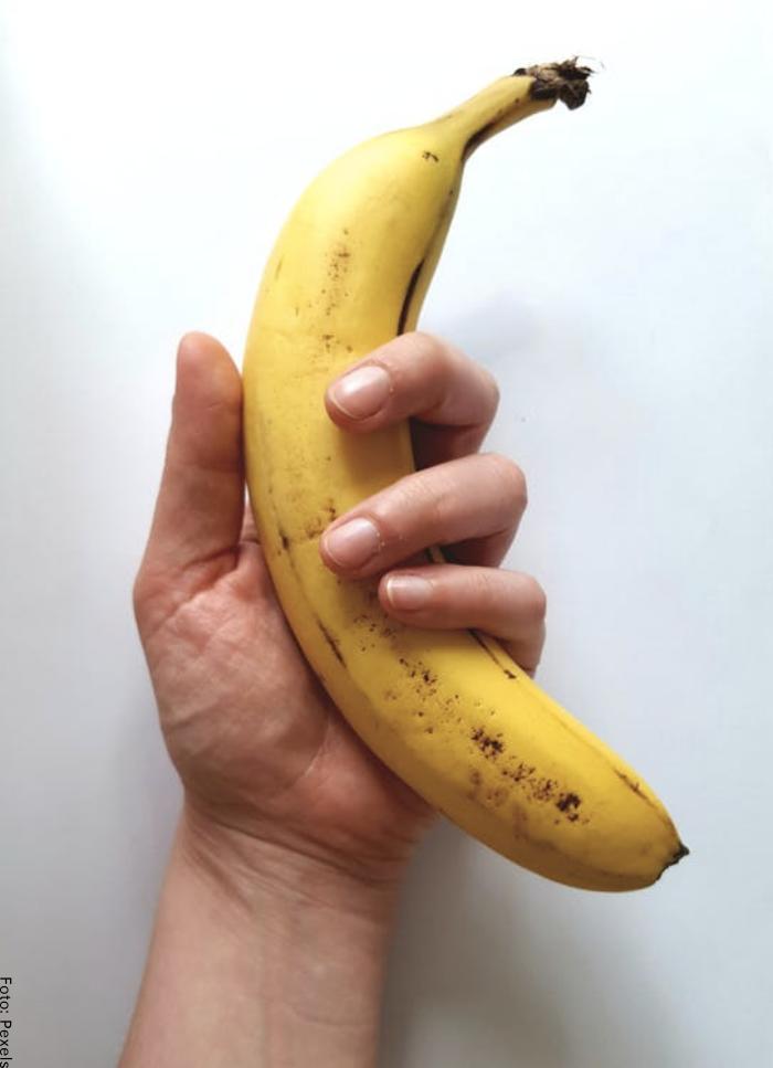 Foto de un hombre sosteniendo un banano