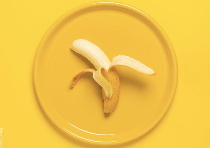 Foto de un banano sobre un plato