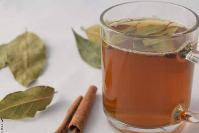 Foto de un té con laurel y canela