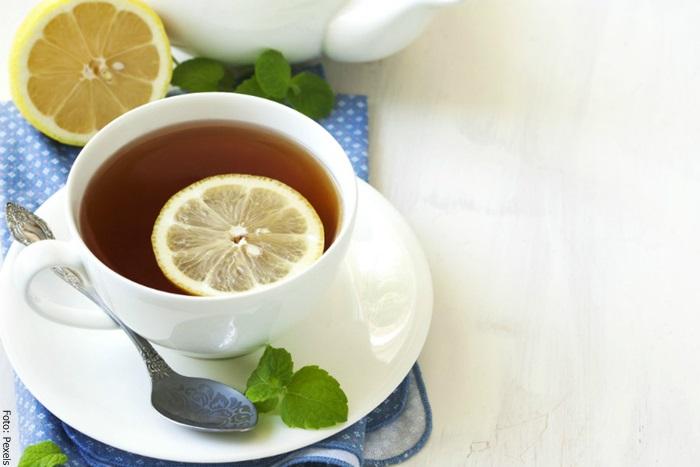 Foto de una taza de té con laurel y limón