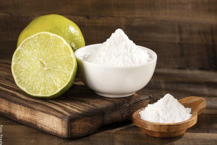 Foto de limón con bicarbonato para ilustrar para qué sirve el limón