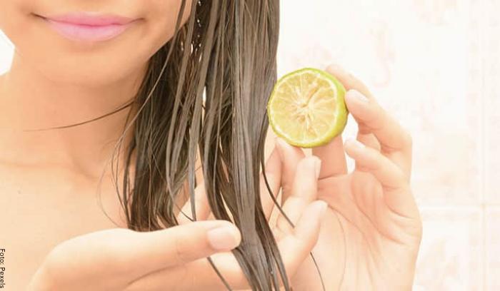 Foto de una mujer aplicando limón en el cabello