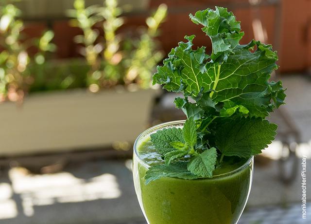 Foto del vaso de un jugo verde