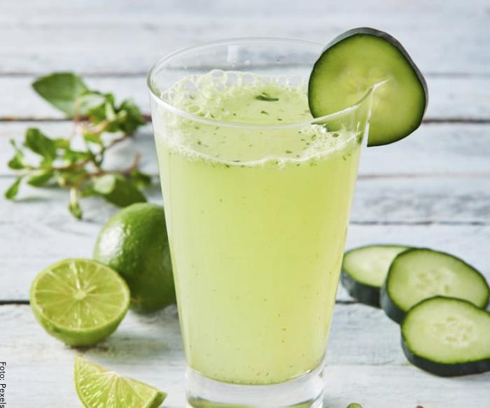 Foto de un vaso de agua de pepino con limón