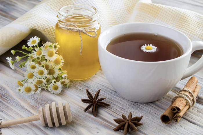 Foto de una taza de té de manzanilla con anís