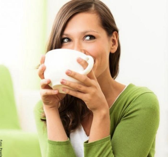 Foto de una mujer tomando té
