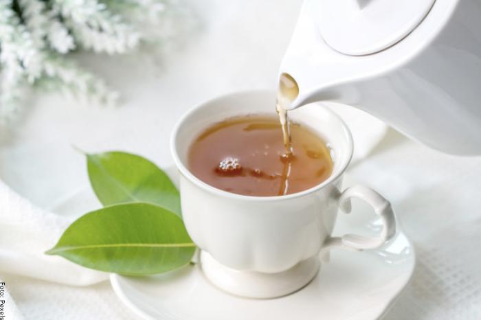 Foto de una taza cuando se sirve el té