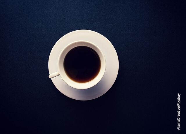 Foto de una bebida sobre una mesa azul que ilustra para qué sirve el té negro