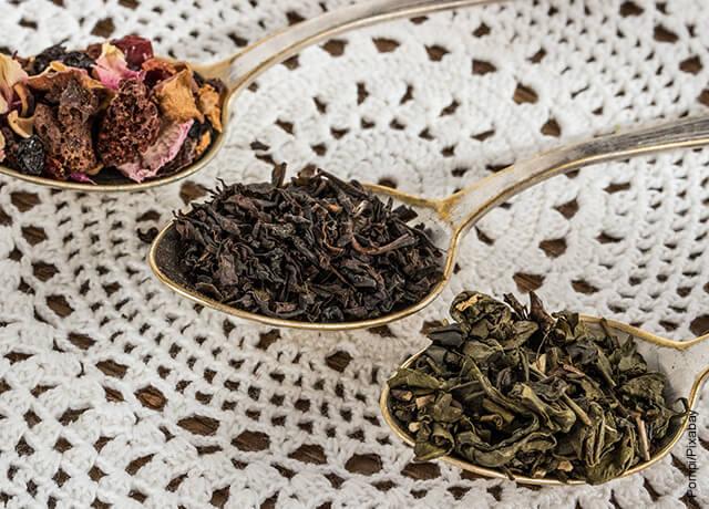 Foto de tres cucharas con té que muestra para qué sirve el té