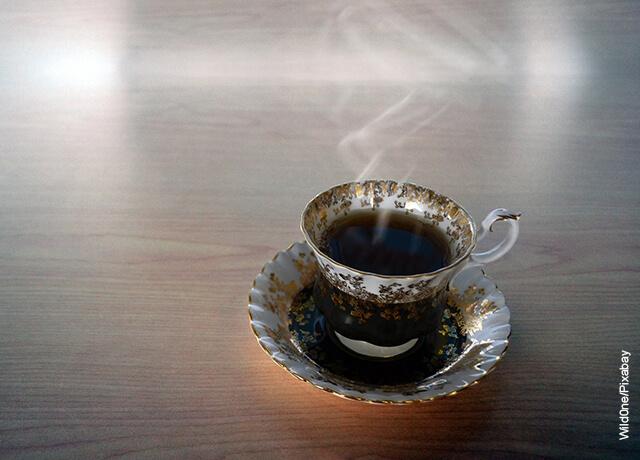 Foto de una taza de té oscuro