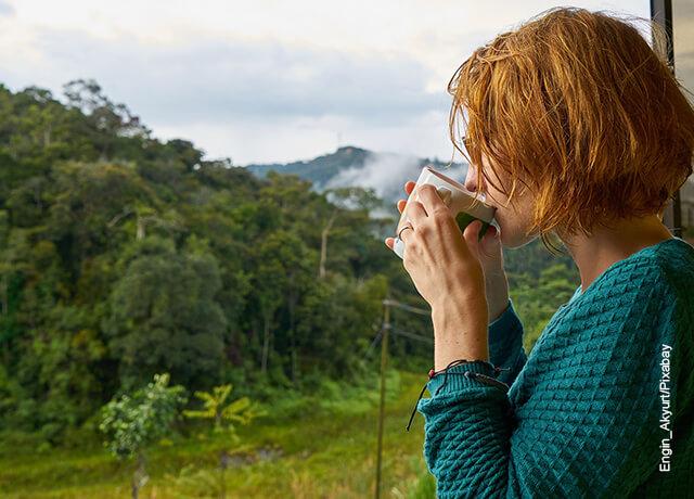 Foto de una mujer tomando una bebida que muestra para qué sirve el vinagre
