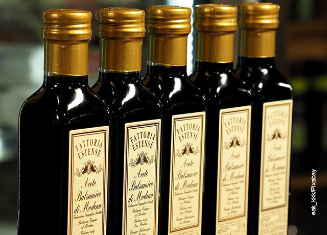Foto de varias botellas de vinagre balsámico