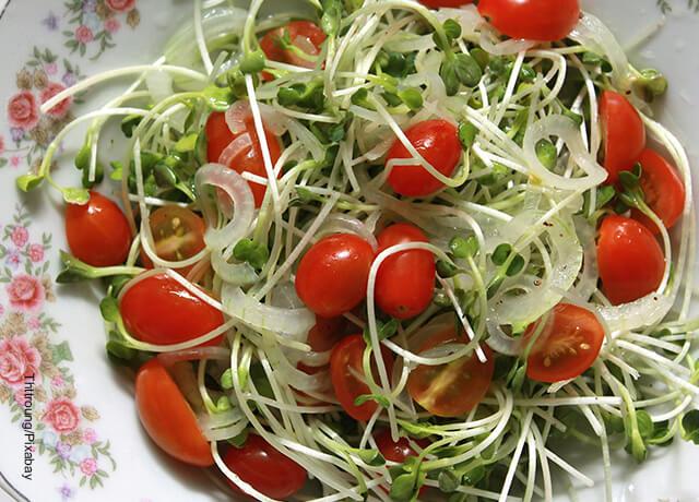 Foto de una ensalada con tomates