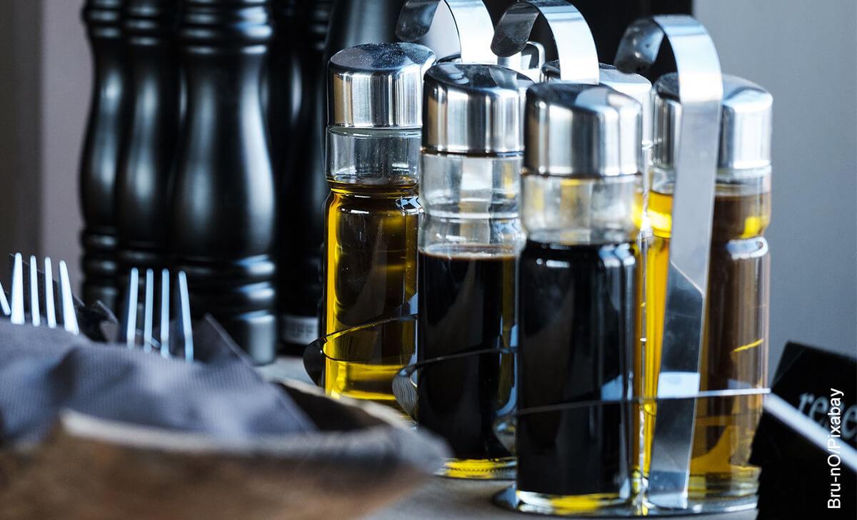 Foto de recipientes de cocina que muestra para qué sirve el vinagre