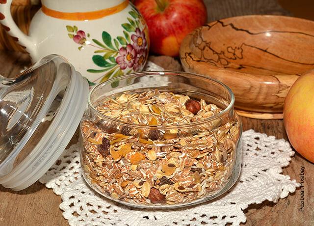 Foto de un recipiente lleno con frutos secos que muestra para qué sirve la avena