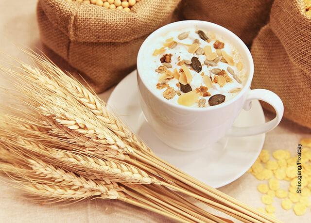 Foto de una taza de leche con frutos secos