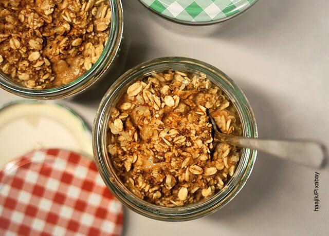 Foto de un tarro con cereal en hojuela que ilustra para qué sirve la avena