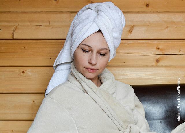 Foto de una mujer con una toalla en su cabeza qye ilustra para qué sirve la menta