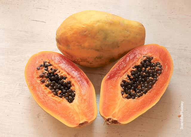 Foto de una fruta partida a la mitad que ilustra para qué sirve la papaya