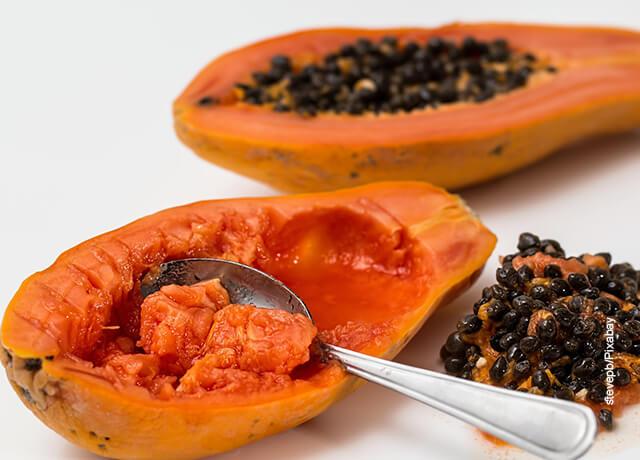 Foto de una fruta tropical que ilustra para qué sirve la papaya
