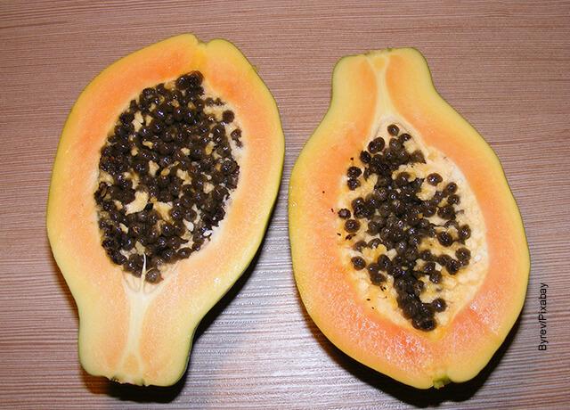 Foto de una fruta partida sobre una mesa