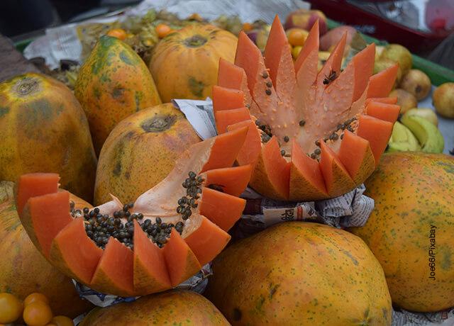 Foto de una papaya partida en un mercado