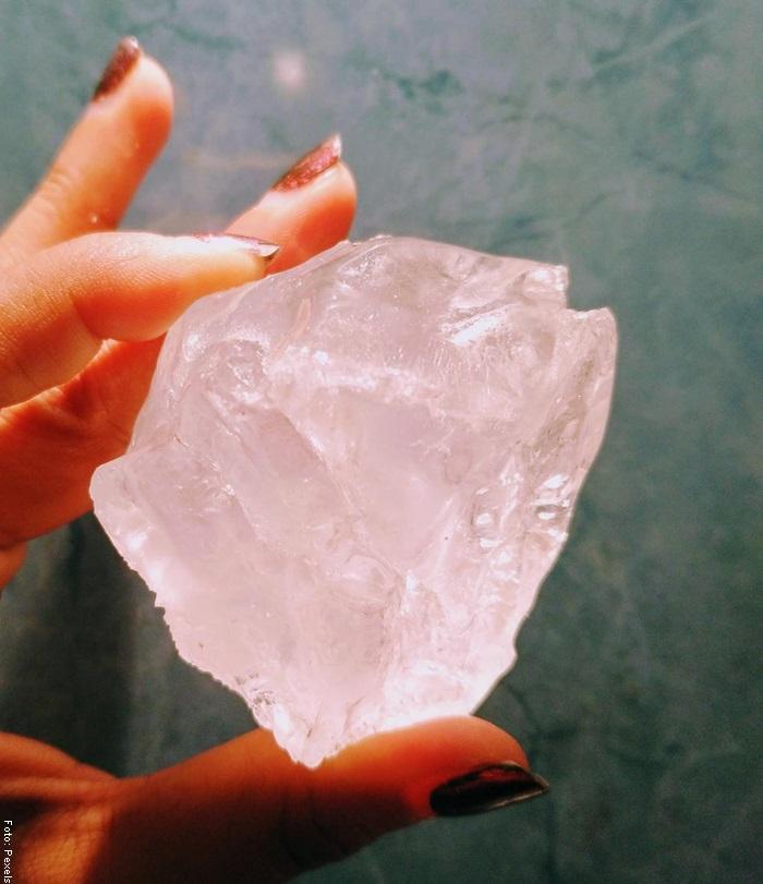Foto de una mujer sosteniendo piedra de alumbre