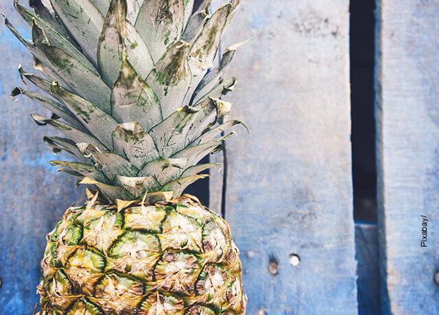 Foto de una fruta tropical frente a una pared