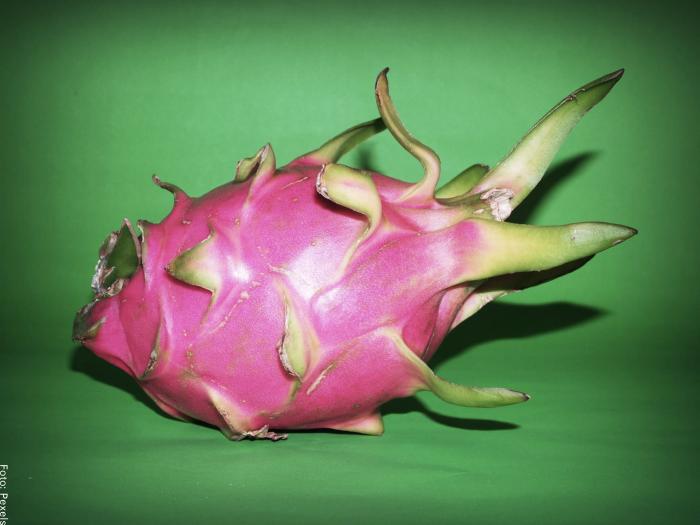 Foto de una pitahaya con cáscara