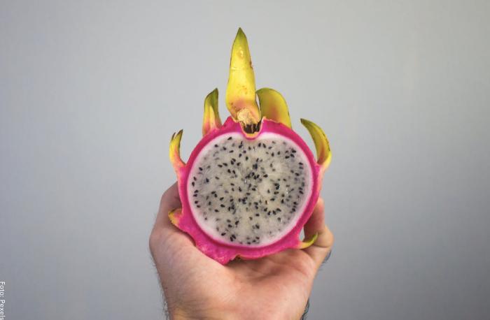 Foto de una mano sosteniendo una fruta para ilustrar para qué sirve la pitahaya