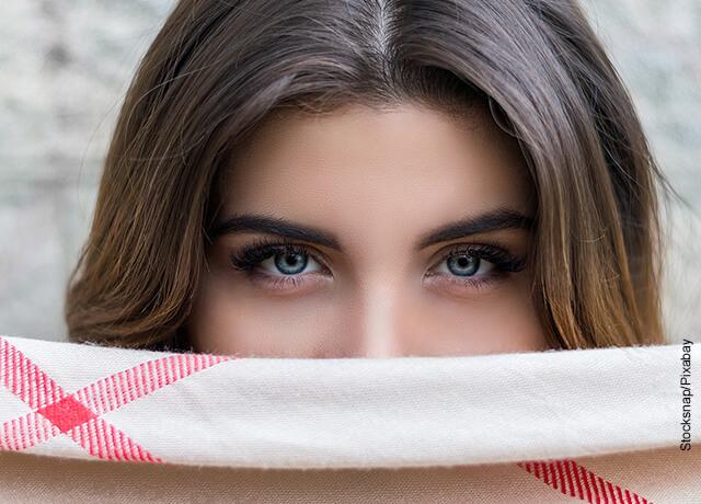 Foto de los ojos de una mujer que muestra para qué sirve la vaselina