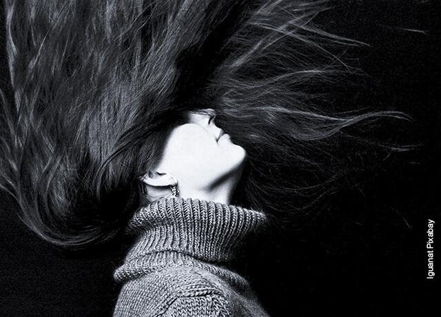 Foto de una mujer agitando su cabello que ilustra para qué sirve la vaselina