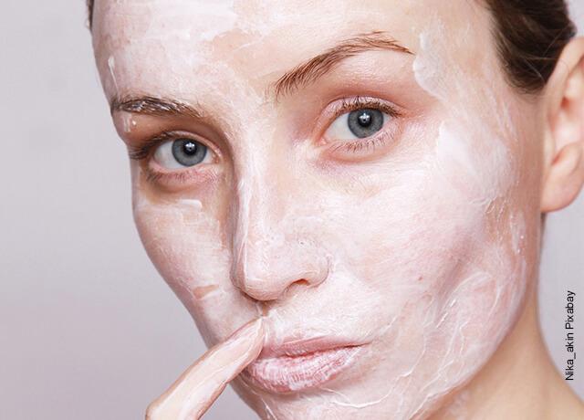Foto de una mujer con una mascarilla en su cara