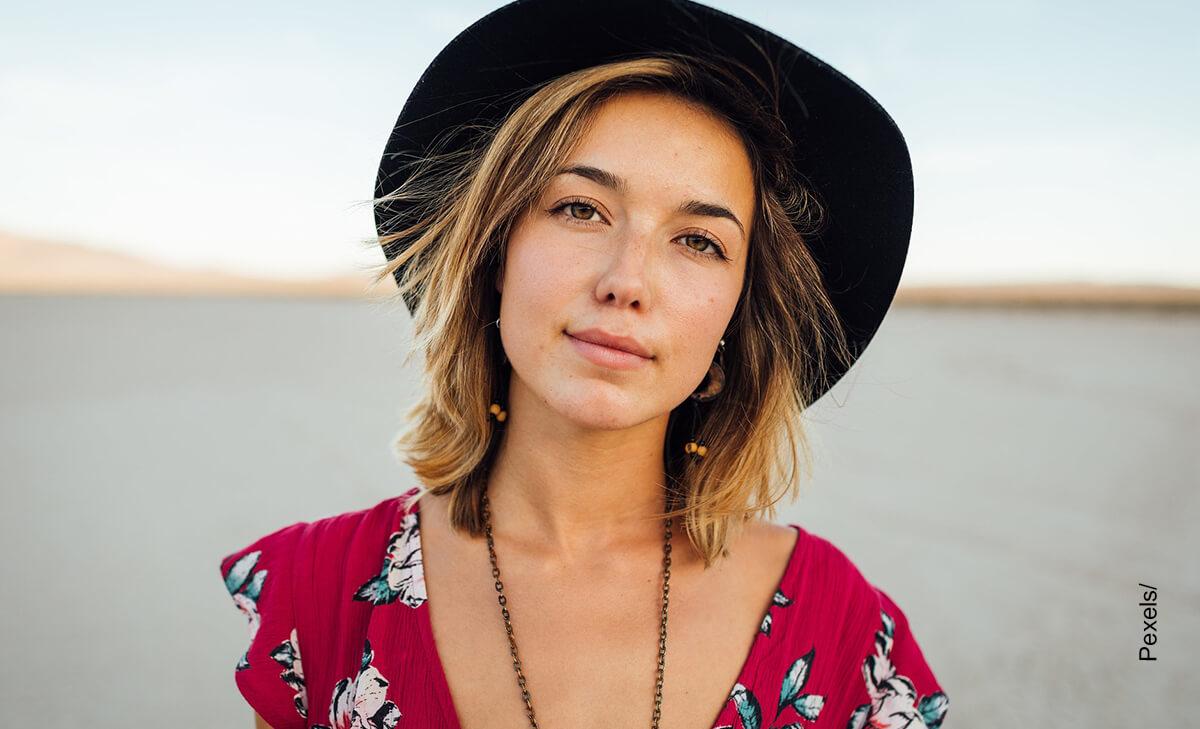 Foto de una mujer con un sombrero puesto