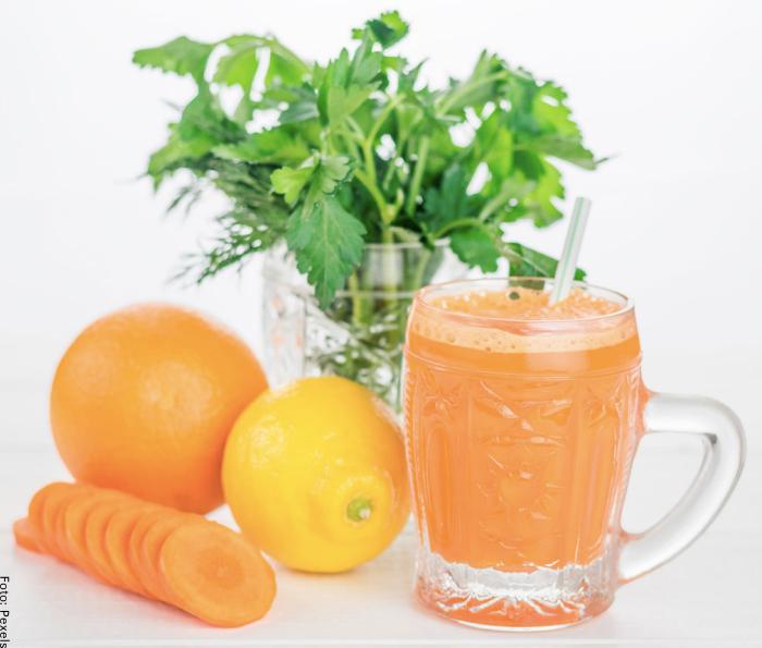 Foto de un jugo de zanahoria con limón