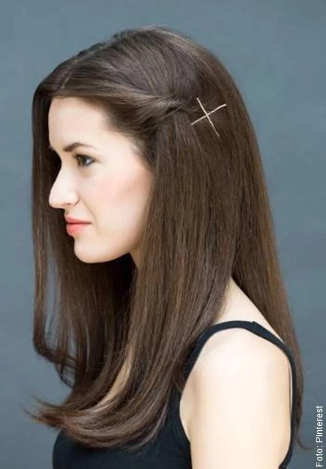 foto de chica con cabello oscuro de perfil