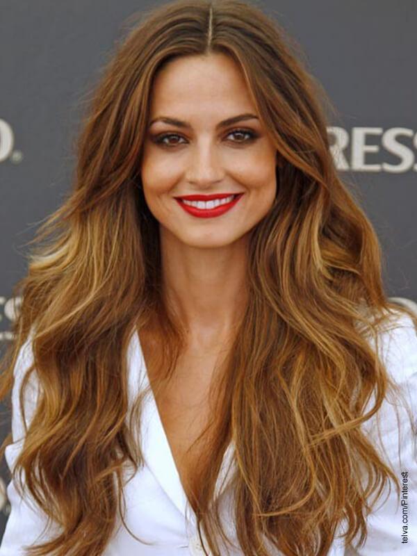 Foto d euna mujer con cabello castaño sonriendo