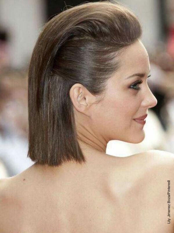 Foto de una mujer de espalda con cabello corto