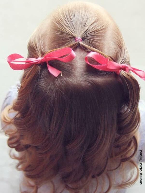 Foto de la cabeza de una niña con rizos que muestra peinados con cabello suelto
