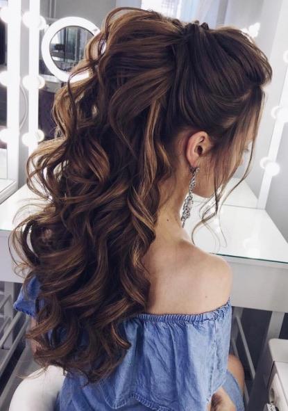Foto de mujer con un peinado semirecogido