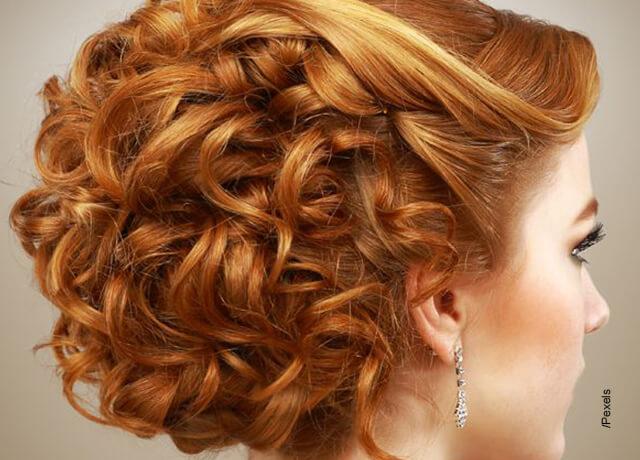 Foto de una mujer elegante luciendo su pelo